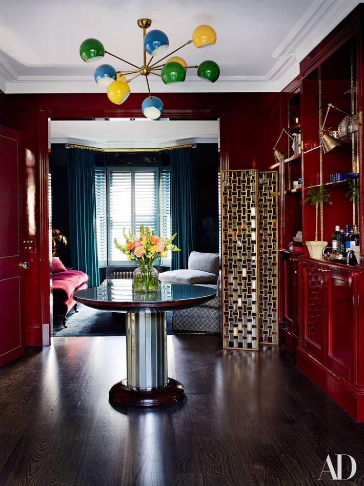 разноцветная люстра и темно-красные стены в доме