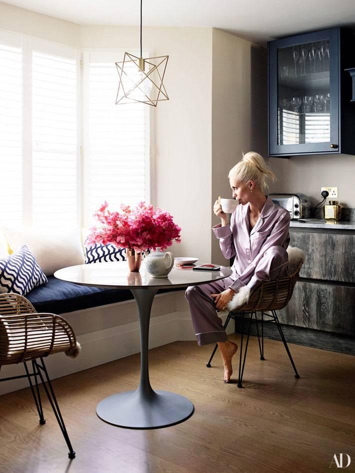 матрас на подоконнике в интерьере кухни для отдыха