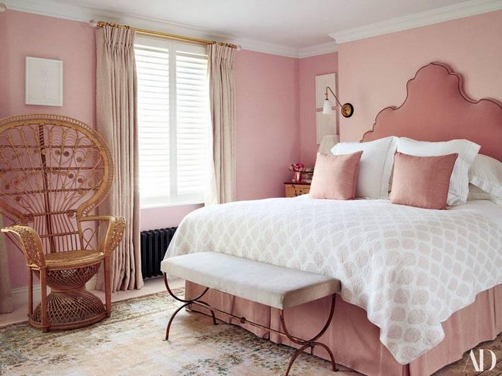 нежно-розовая спальня и кровать с мягким изголовьем
