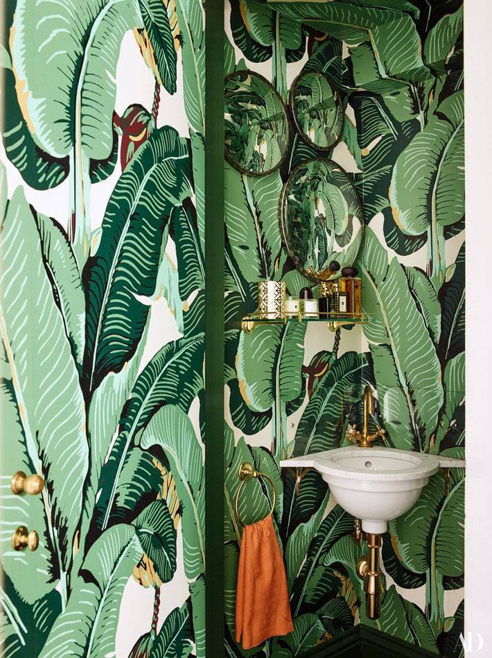 обои с зелеными листьями на стенах ванной фото