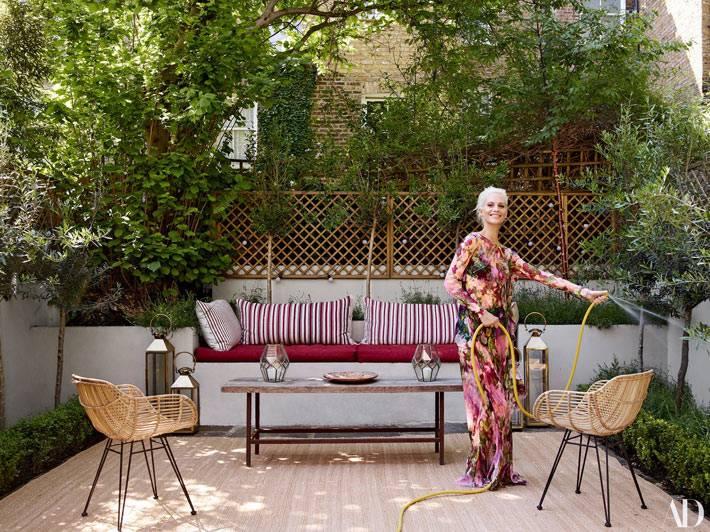 внутренний дворик с деревянным настилом и мягкой скамейкой