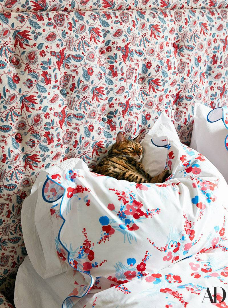 мягкое изголовье кровати с цветочным узором фото