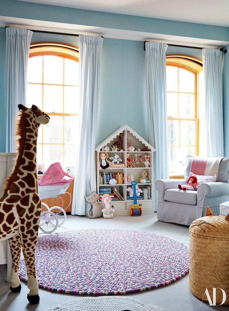 красивая детская комната с арочными окнами и кукольным домиком