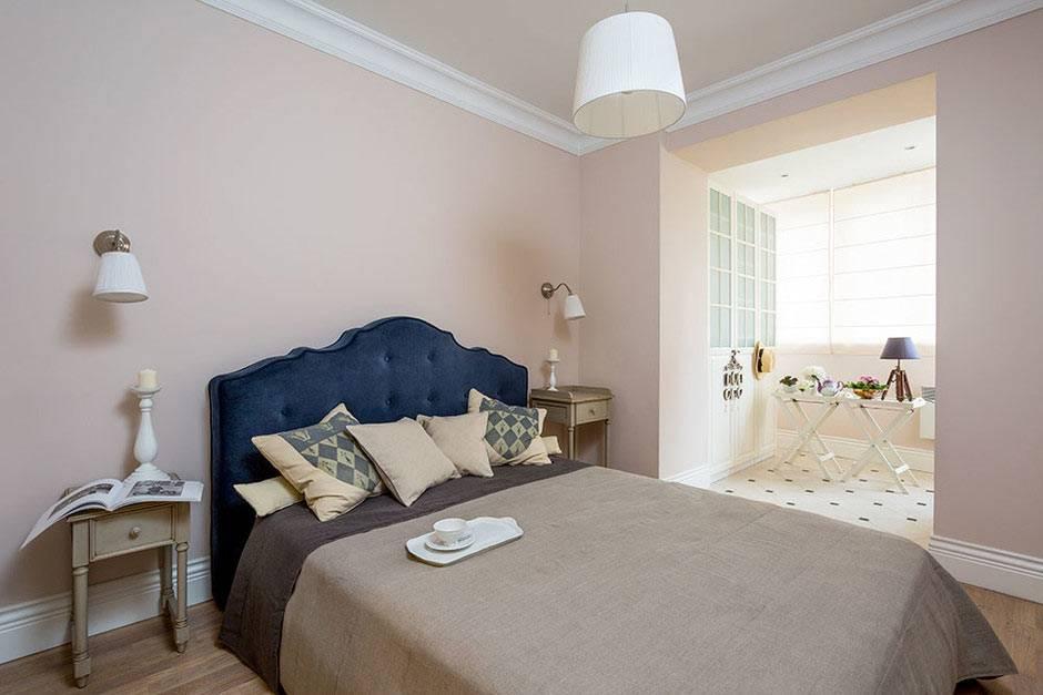 большая спальня с синим изголовьем кровати фото
