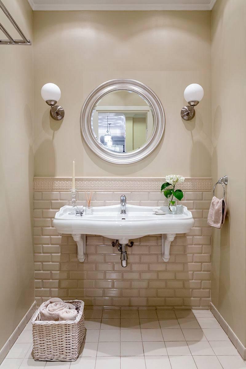 плитка кирпичиками бежевого цвета в ванной комнате