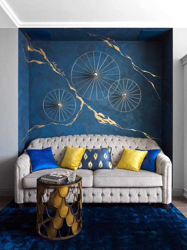 модный дизайн интерьера с синей стеной в нише