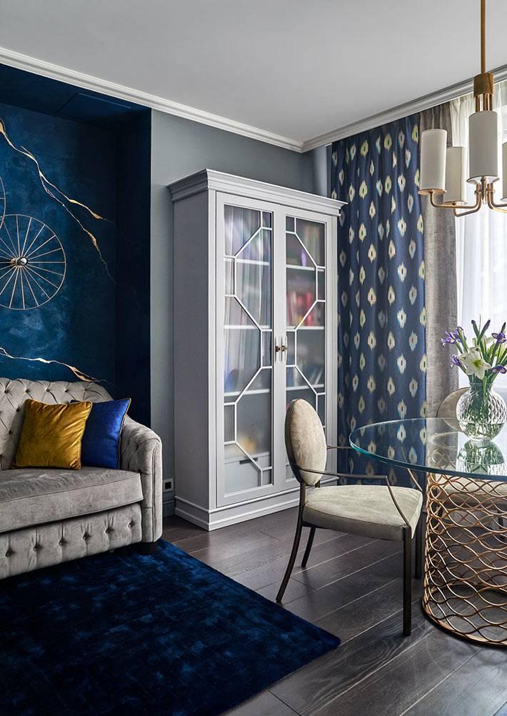 белый шкаф со стеклом в комнате с серыми стенами фото