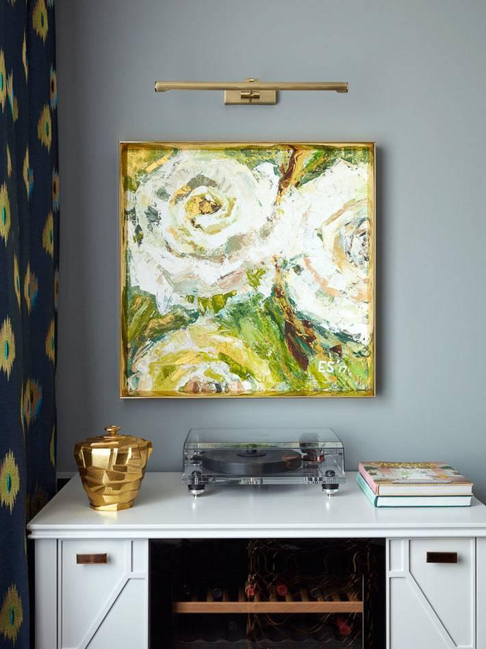 абстрактная живопись в золотой рамке над комодом