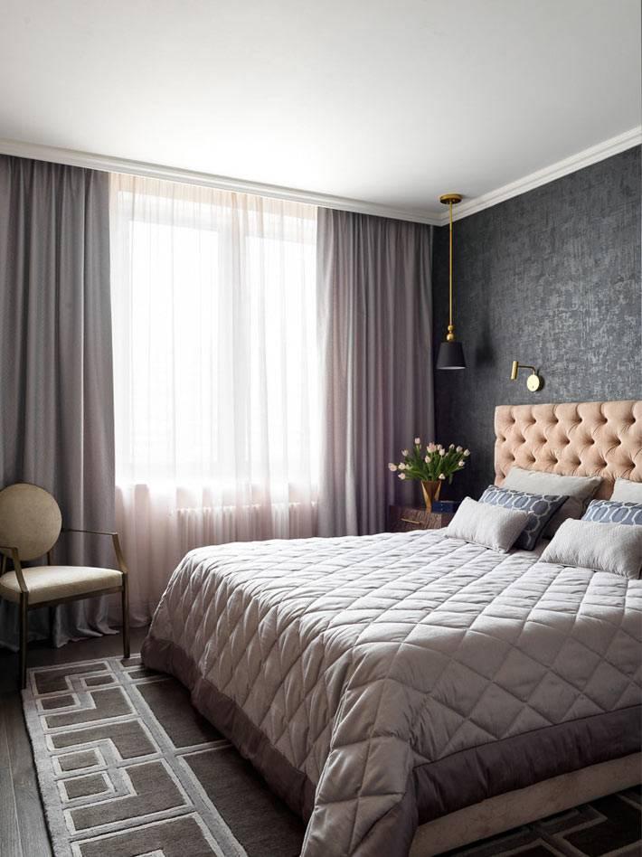 разнообразие фактур серого цвета в интерьере спальни