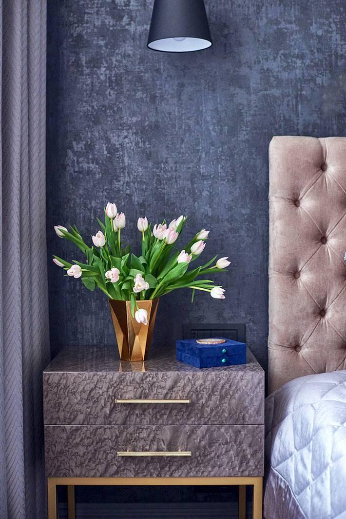 серая мраморная прикроватная тумбочка в спальне фото