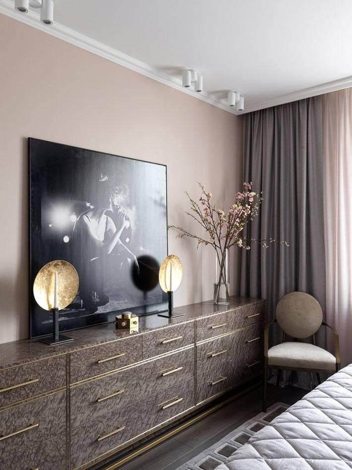 большой комод с ящиками мраморного цвета под телевизором