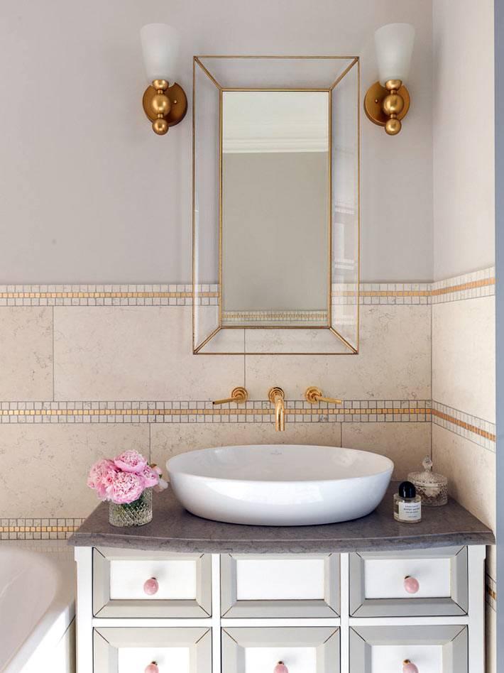 комод под раковиной с розовой фурнитурой в ванной комнате