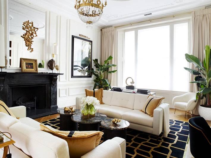 гламурный дизайн гостиной с хрустальной люстрой и камином
