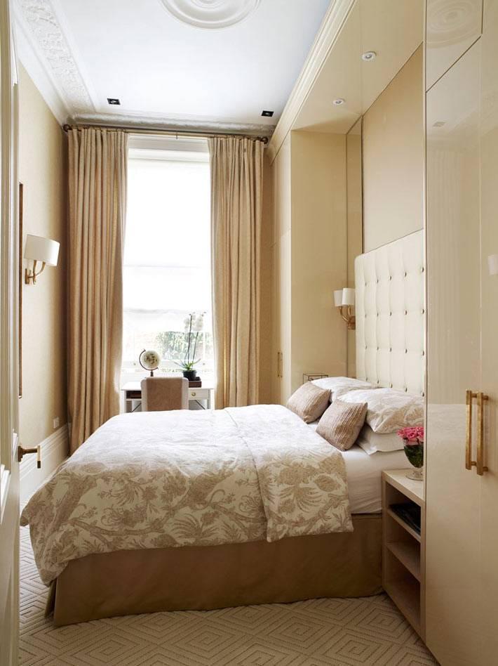 бежевые цвета в дизайне спальни с рабочим столом у окна