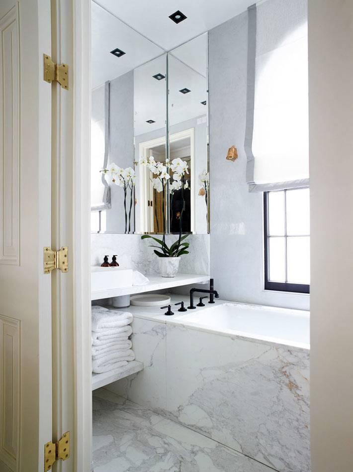 окно с черной рамой в белом интерьере ванной