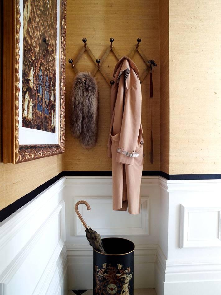вешалка для верхней одежды в нише прихожей фото
