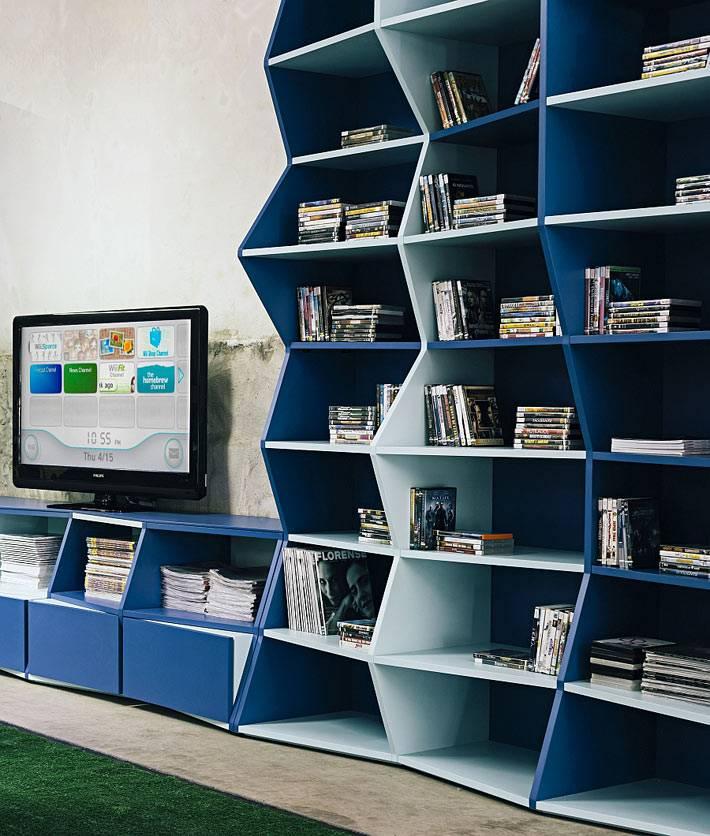 необычная форма книжного шкафа синего цвета