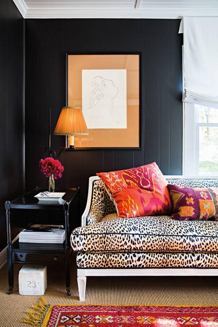 стены дома из деревянных досок выкрашены в черный цвет