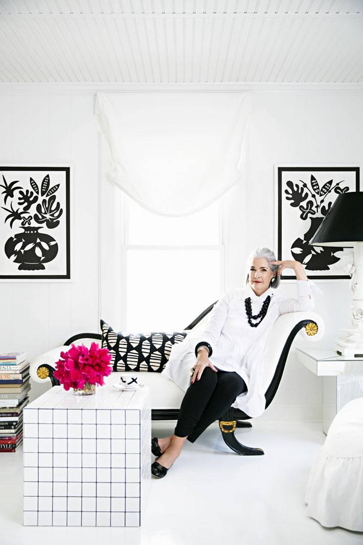 белый интерьер с черными графичными элементами