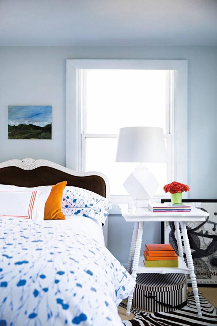 светло-голубая спальня с черным изголовьем кровати фото