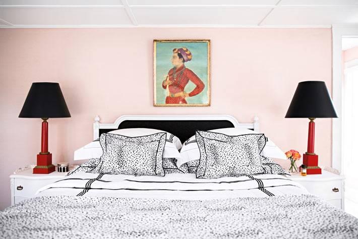 черные светильники и кровать на фоне розовый стены спальни