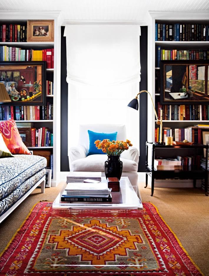 интерьер библиотеки со стеллажами и старинным ковром