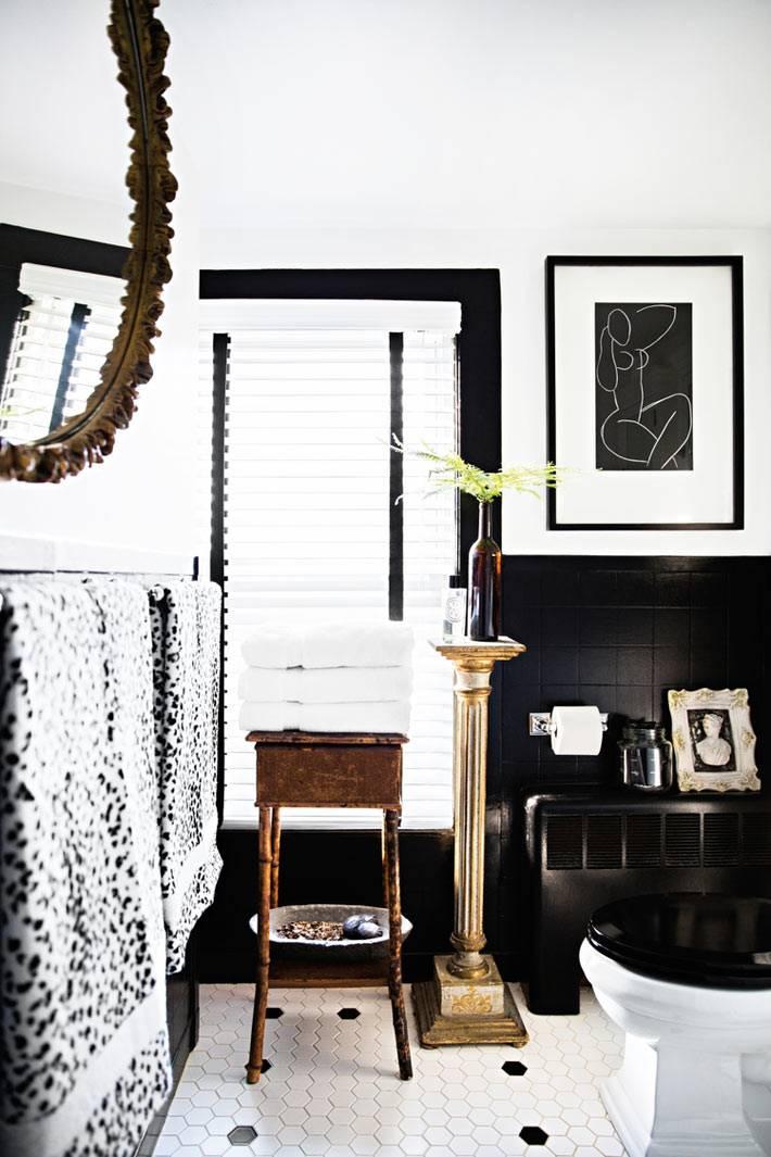 монохромный черно-белый интерьер ванной с туалетом