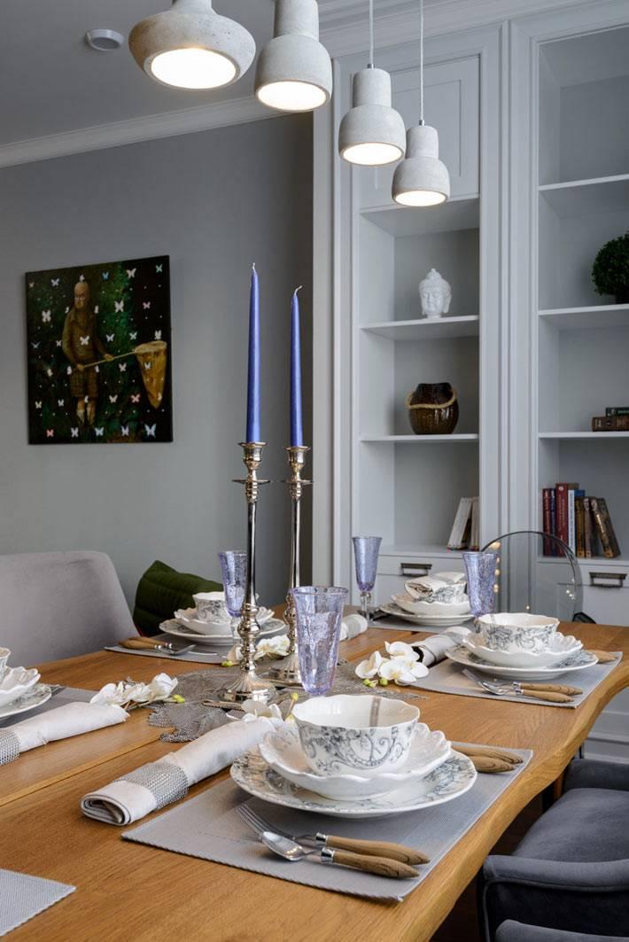 сервировка обеденного стола в серо-белых цветах