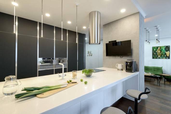 современная открытая кухня с белым столом-стойкой