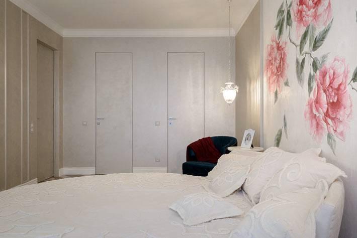 роспись цветами на стене спальни в белом интерьере