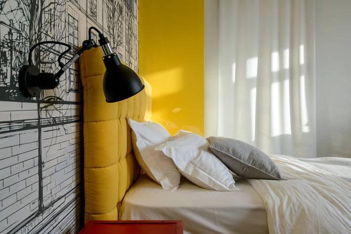 черные бра возле желтой кровати в спальне для подростка