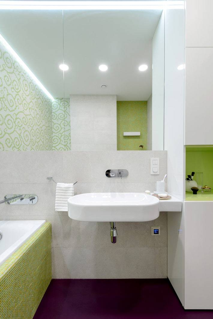 белая и салатная плитка в оформлении ванной комнаты в квартире