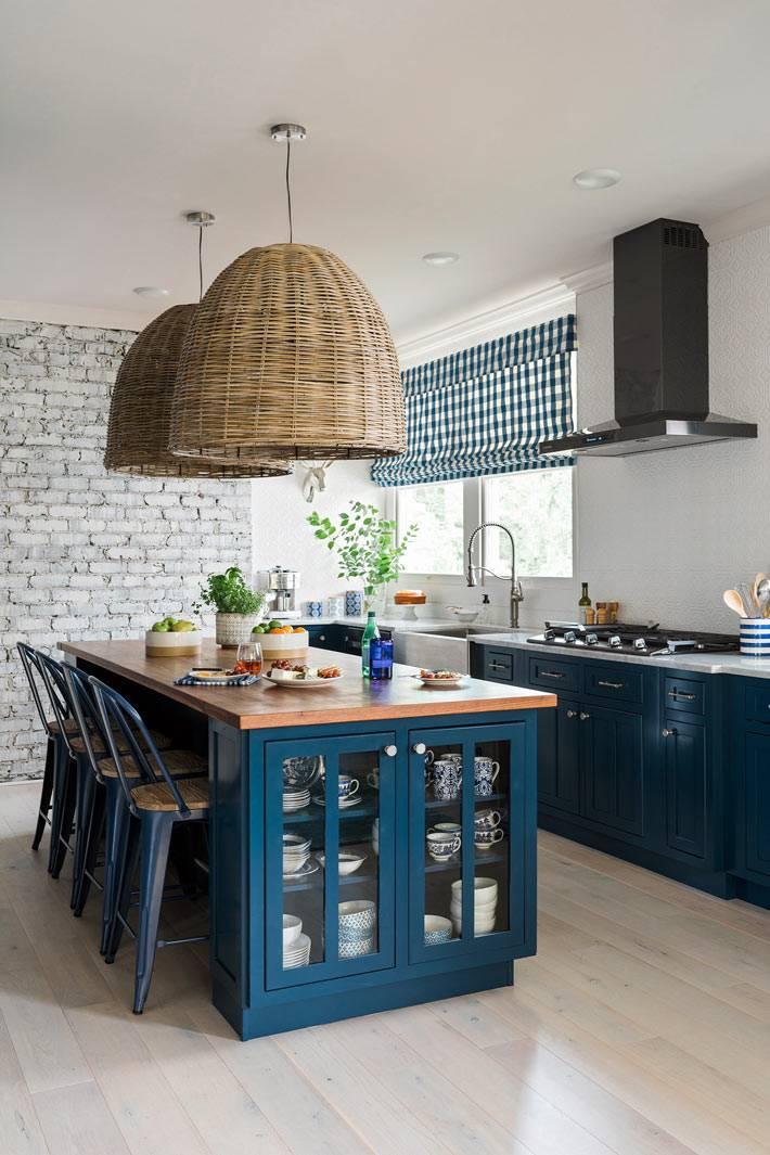 синяя кухня с белой стеной в стиле прованс фото