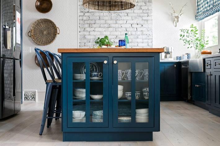 стеклянные дверцы сбоку синего кухонного острова