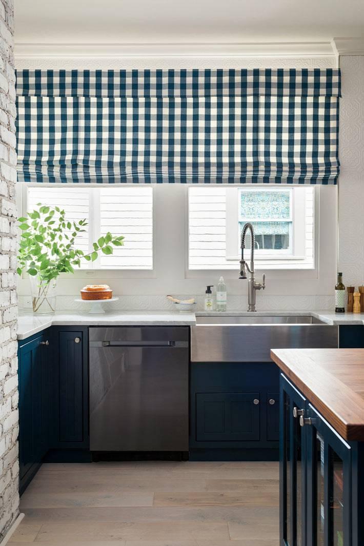 клетчатые тканевые жалюзи на окнах кухни