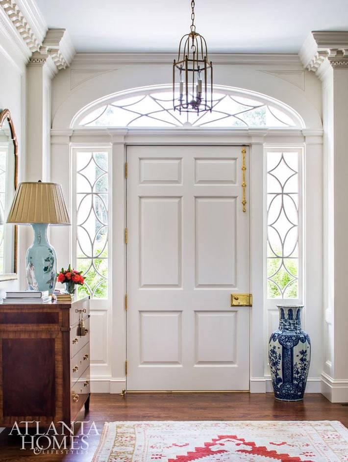 красивая белая парадная дверь со стеклом в доме фото