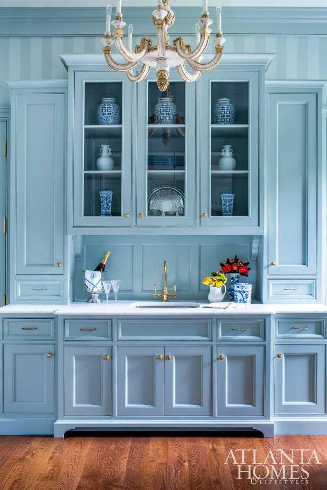 нежно-голубой буфет с сервантом на кухне фото