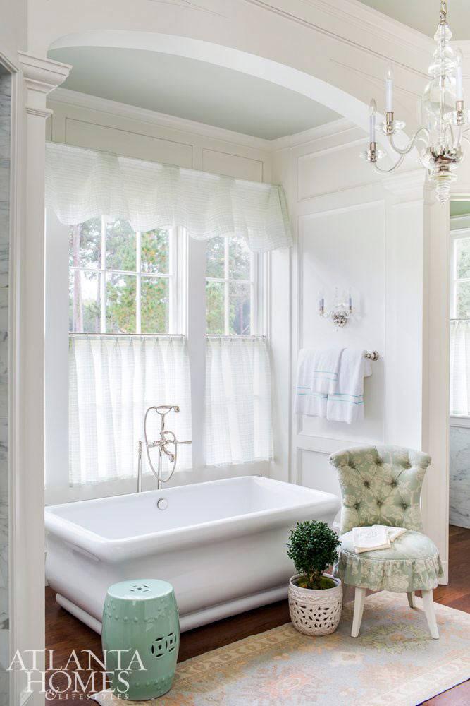 светлая ванная комната с большим окном и аркой