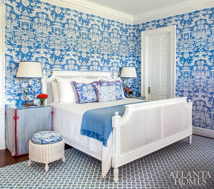 интерьер спальни с пестрыми синими обоями и белой мебелью