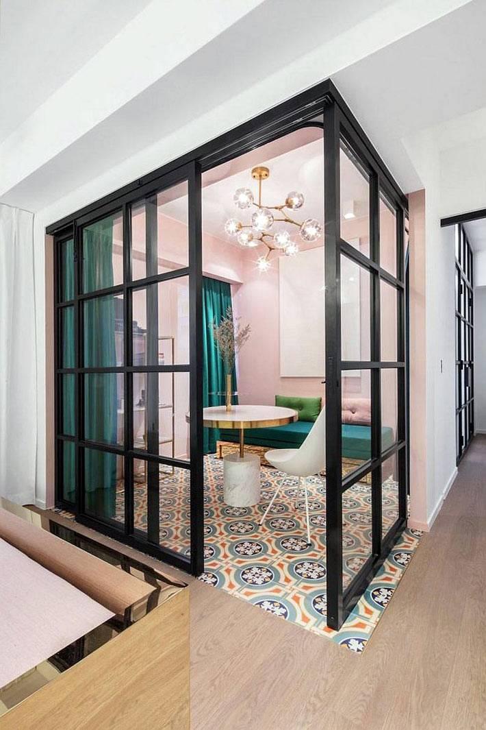чнерные стеклянные перегородки вместо стен в квартире