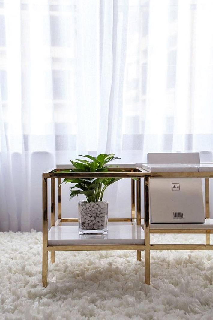 журнальный столик с золотыми ножками на пушистом коврике