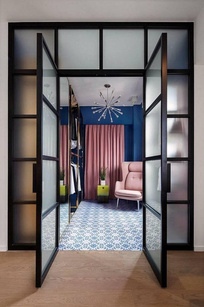 красивая гардеробная комната за стеклянной перегородкой фото