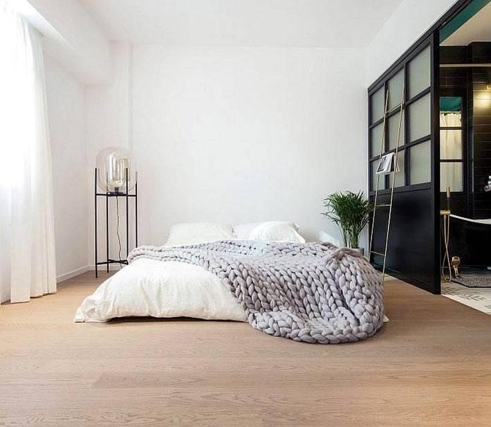 интерьер спальни без кровати - с матрасом на полу