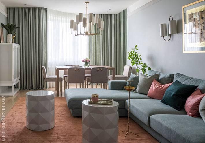 гостиная комната в квартире выполнена в пастельных оттенках