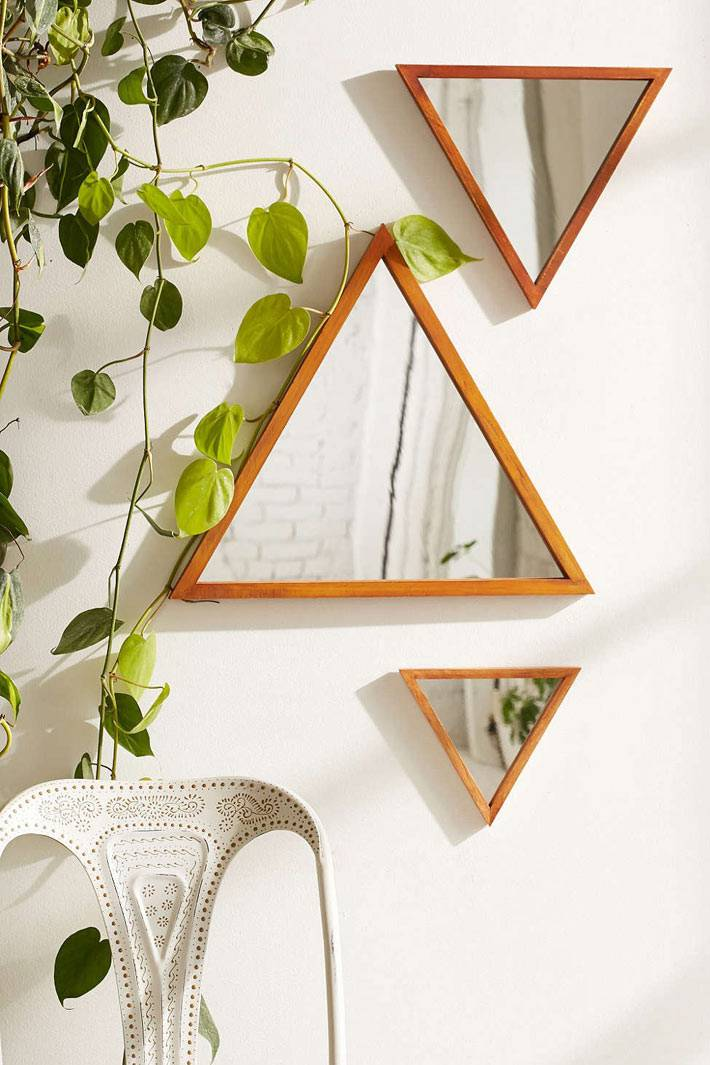 композиция из треугольных зеркал на стене дома