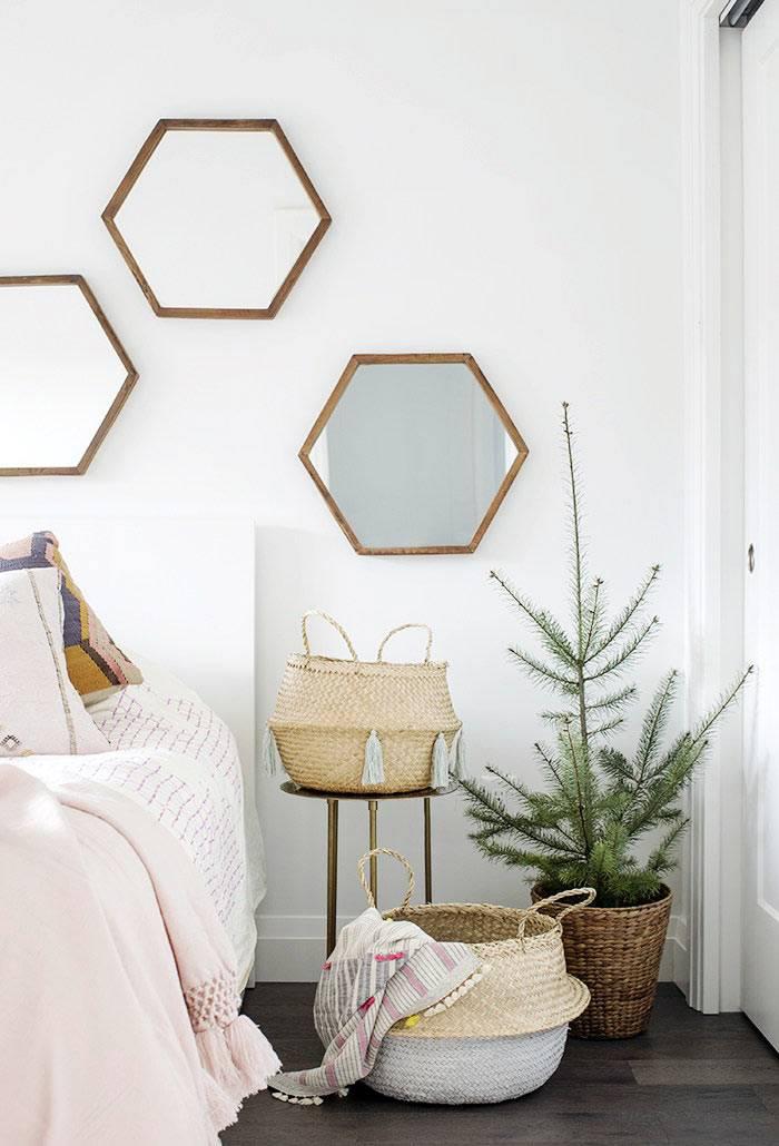 маленькие зеркала в форме пчелиных сот в интерьере спальни