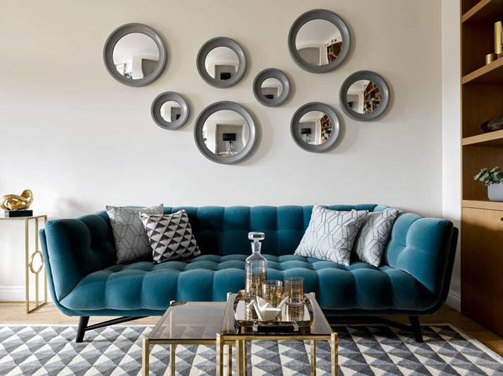 галерея из круглых зеркал разного размера на стене гостиной