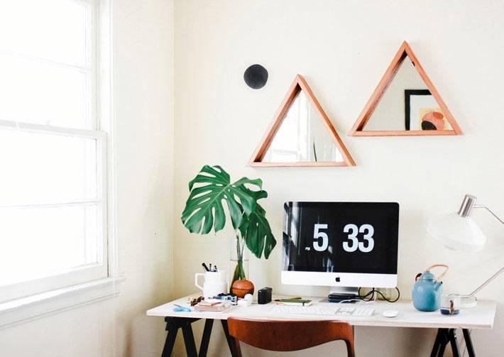 зеркала-треугольники украшают стену рабочей зоны фото