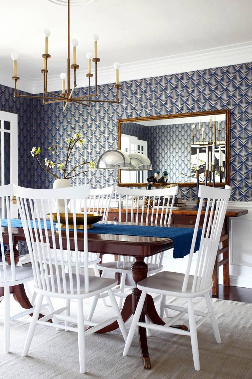 синие обои с узоромв элегантном интерьере столовой