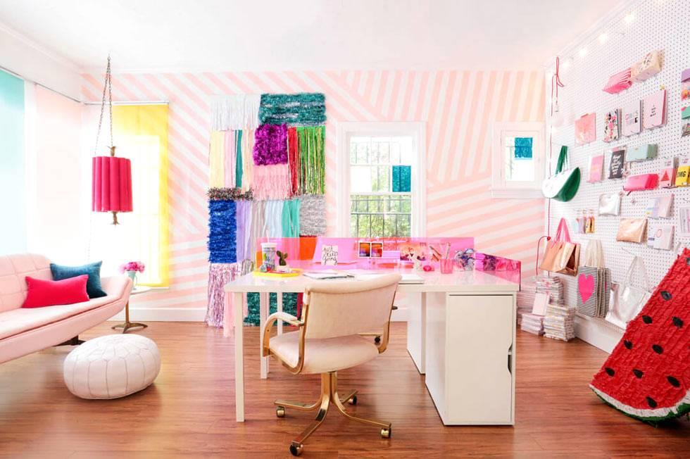 творческий рабочий офис для девушки в розовом цвете